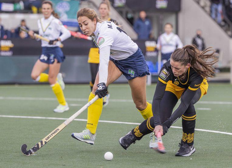 Lidewij Welten  scoort voor Den Bosch 1-0 tijdens  de Euro Hockey League finale. Beeld ANP