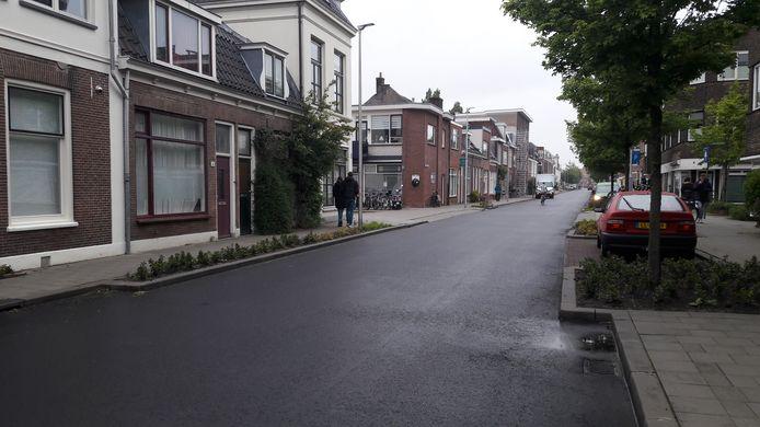 Een van de nieuwe, en volgens de bewoners veel te brede, wegversmallingen in de Oudwijkerdwarsstraat. De gemeente kijkt of die aangepast kunnen worden.