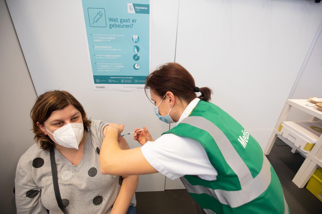 Evie Peters kreeg alvast haar eerste vaccin toegediend in het Bilzens vaccinatiecentrum.