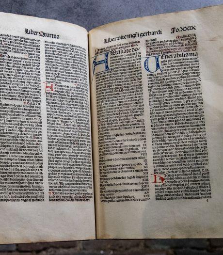Tranen om eeuwenoude boeken van Thomas a Kempis in Geert Groote Huis in Deventer