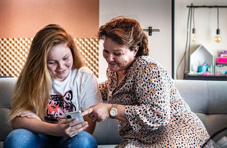 Scholier Isis en haar moeder Heidi Peters uit Wijchen Beeld Koen Verheijden