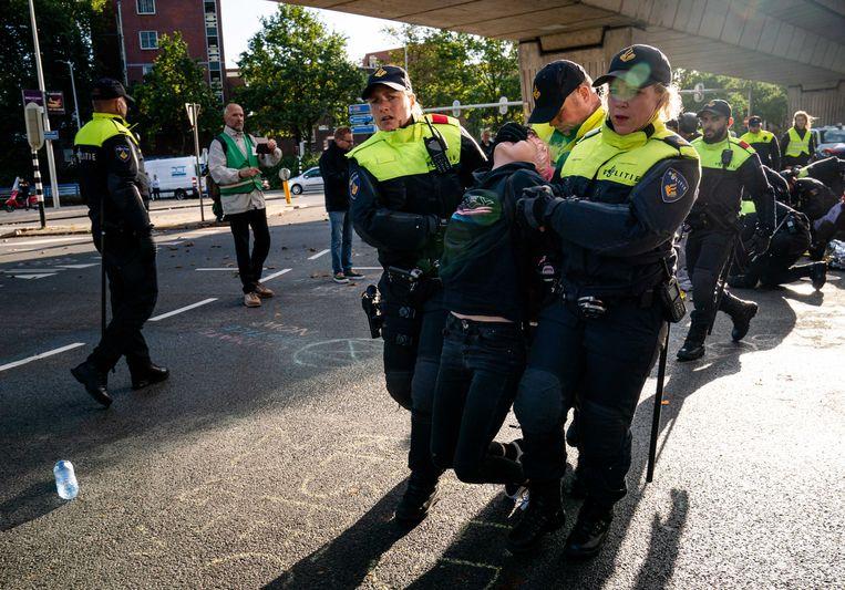 De politie treedt op tegen klimaatactivisten van Extinction Rebellion in Den Haag. Beeld ANP
