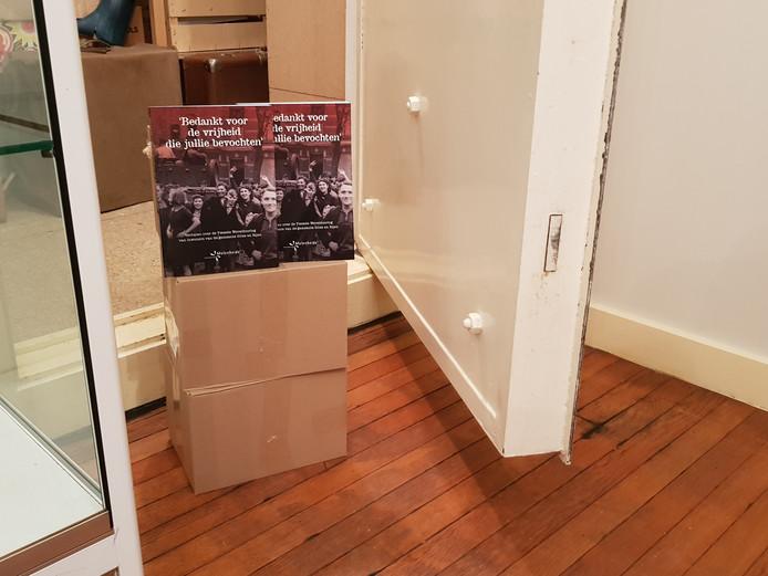 De dozen met boeken met verhalen van inwoners van Gilze en Rijen over 75-jaar bevrijding na de oorlog mogen alleen voor de foto uit de kluis.