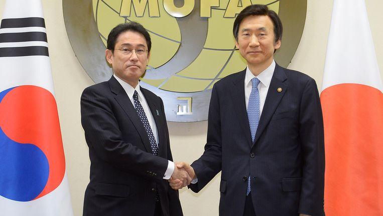 De Zuid-Koreaanse minister van Buitenlandse Zaken Yun Byung Se (R) en de Japanse minister van Buitenlandse Zaken Fumio Kishida (L) tijdens hun ontmoeting. Beeld getty