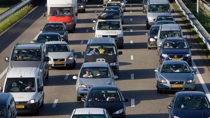 Een lange file hindert het verkeer op de A28.