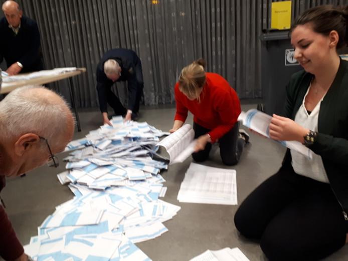 Het begin van het tellen van de stemmen op verkiezingsdag, in een stembureau van Bernheze.