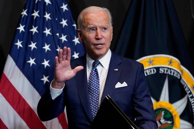 De Amerikaanse president Biden na zijn toespraak bij de inlichtingendiensten. Beeld AP