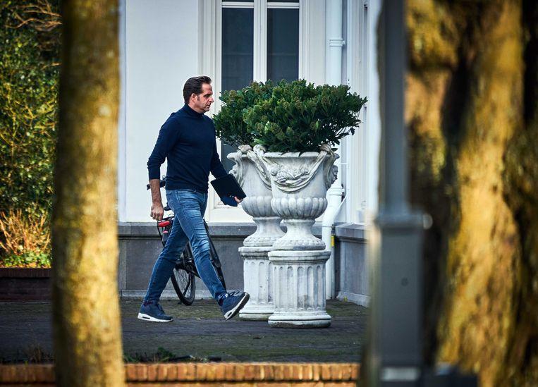 Minister Hugo de Jonge arriveert bij het Catshuis voor het overleg tussen voormalig ministers van het demissionair kabinet en deskundigen over het coronavirus.  Beeld ANP