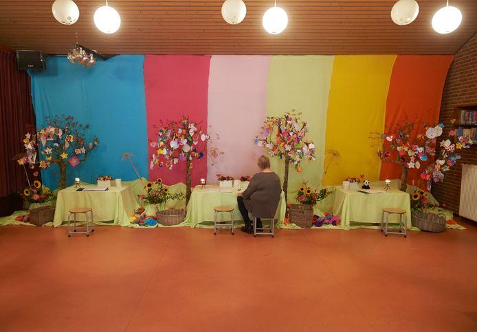 Het gedenkhoekje op basisschool De Korenaer te Oss. De foto's van de jonge slachtoffers zijn even van de tafels weggehaald.