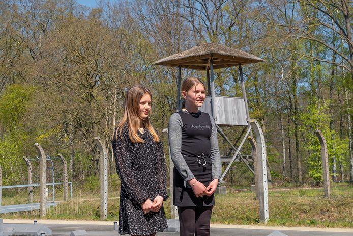 Jeugdige dorpsdichters Rosalie Beijerink en Pleun Fieten dragen dinsdag vanuit het Nationaal Monument Kamp Vught een gedicht voor. (foto: Jan van de Ven)