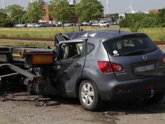 Bestuurder komt om het leven nadat hij zonder remmen tegen geparkeerde oplegger botst