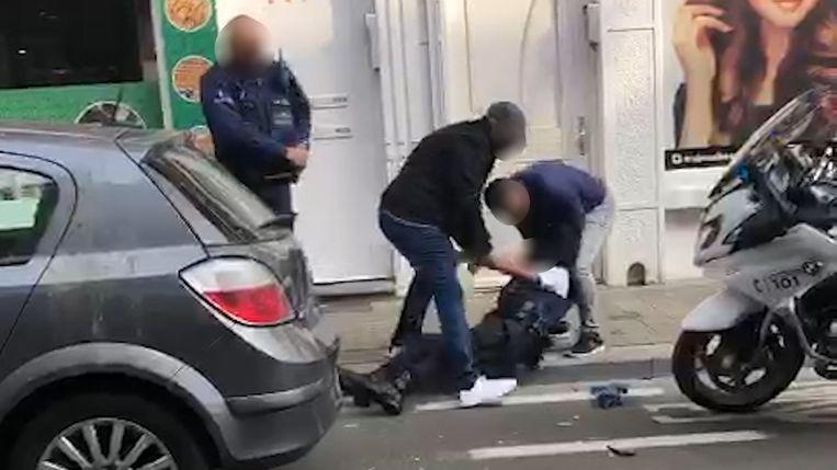Beelden van het geweld tegen de agenten in Molenbeek. Beeld rv