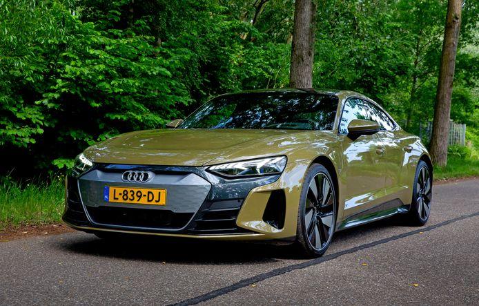 Ondanks z'n gewicht rijdt de Audi e-Tron GT als een sportauto. Achterin is het wel krap.