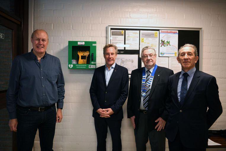 Schepen Erik Vanderheiden, Emiel Dehaes, John Coose en Alfons Verbruggen bij het nieuwe AED-toestel.