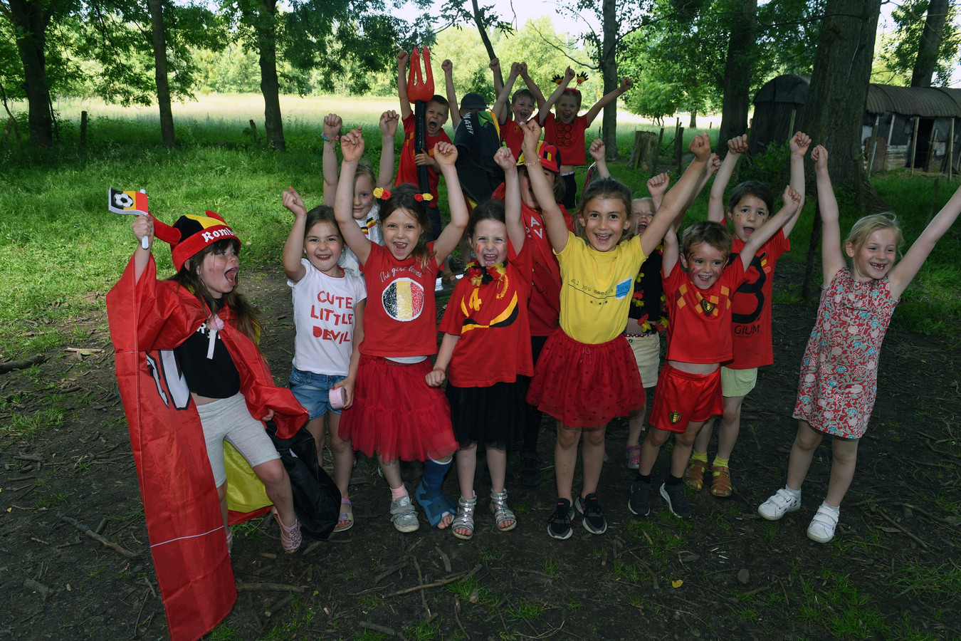 De leerlingen van het eerste leerjaar weten alvast hoe ze zaterdagavond moeten juichen wanneer de Rode Duivels scoren.