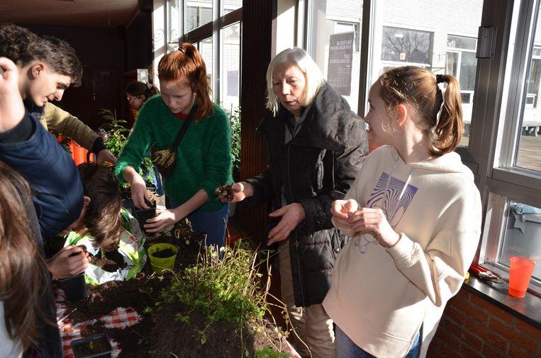 Lieve van De Eetbare Bostuin geeft de leerlingen meer uitleg over wat er allemaal mogelijk is met planten.