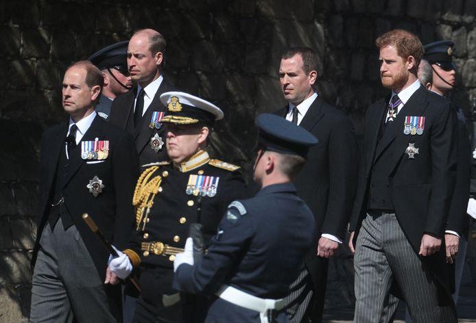 Peter Philips, de oudste zoon van prinses Anne, liep tijdens de begrafenisstoet tussen William (linksachter) en Harry in.