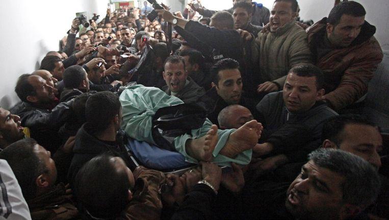 Rouwende Palestijnen dragen het lichaam van Arafat Jaradat Beeld epa