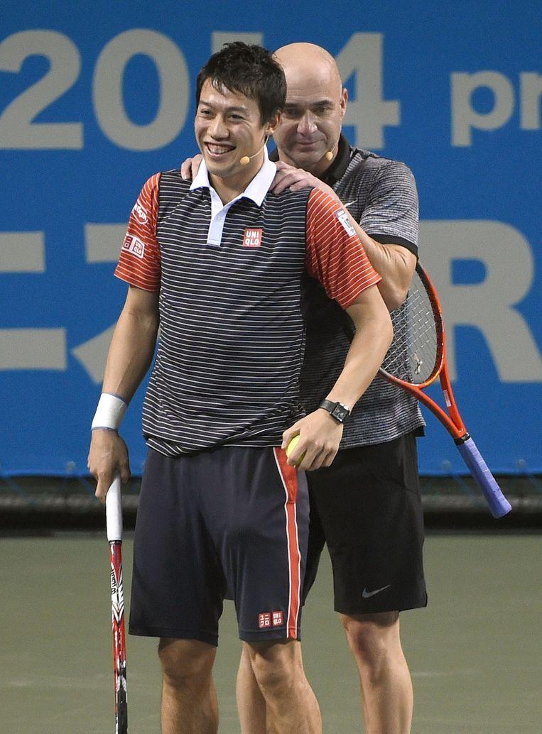Kei Nishikoro en Andre Agassi tijdens hun benefietpartij in Tokio. Beeld afp