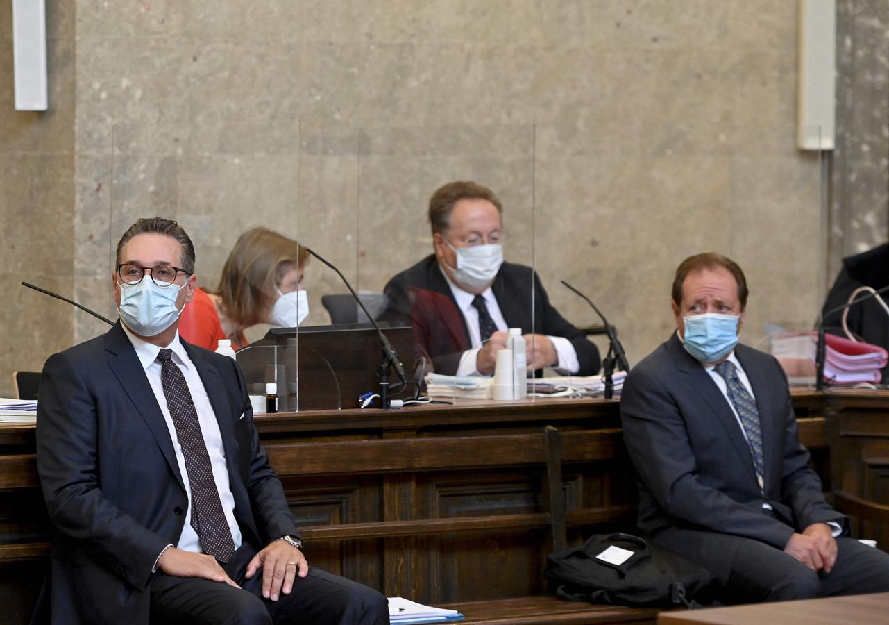 Heinz-Christian Strache en  medebeklaagde Walter Grubmüller in de rechtszaal in Wenen.