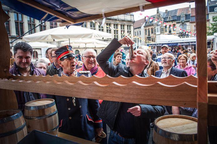 Maatjesfestival onder de Stadshal? Jean opende het festijn met plezier (en met veel lawaai).