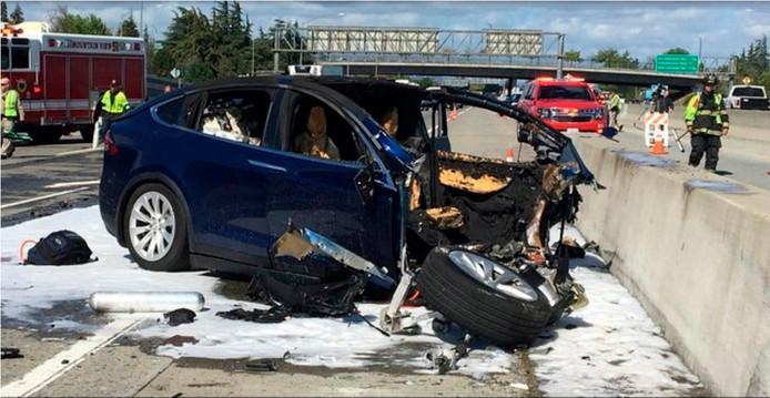 De gecrashte Tesla SUV ramde eind maart een betonnen rijbaanafscheiding op Highway 101 in Mountain View, Californië