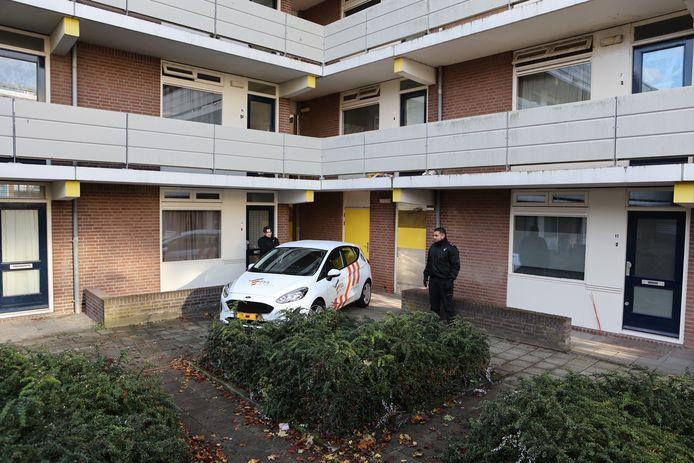 Het appartement bij de berging waar zondag een explosieve stof werd gevonden, werd de hele nacht bewaakt.