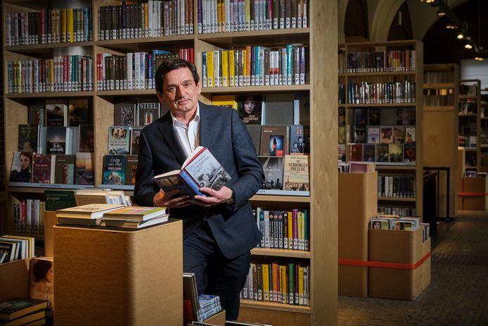 Theo Schilthuizen, directeur van Bibliotheek Schiedam, tussen de boeken in de Korenbeurs.