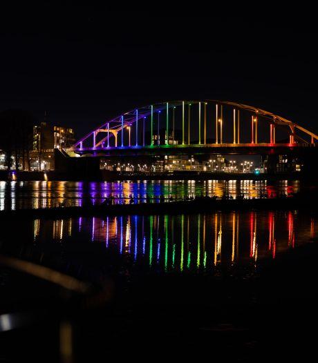 Deventer sluit zich aan bij protest tegen Hongarije: Wilhelminabrug in regenboogkleuren gehuld