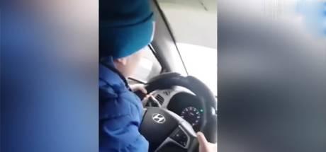 Elle laisse son fils de 6 ans conduire à 130 km/h sur l'autoroute