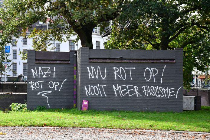 Teksten tegen NVU op elektriciteitskastje.