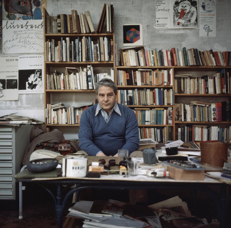 Lucebert in zijn atelier. Beeld ANP