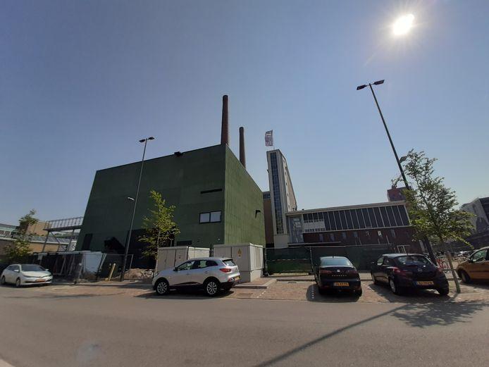 Op de voorgrond de biomassacentrale van Ennatuurlijk op Strijp-T in Eindhoven; daarachter met de schoorstenen de voormalige energiecentrale van Philips die nu in gebruik is als kantoorgebouw.