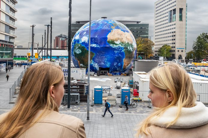 De 20 meter hoge wereldbol stond in oktober een maand lang  op het Jaarbeursplein.