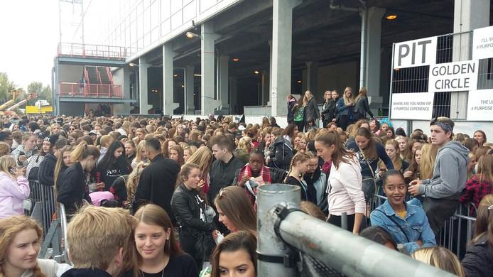 Drukte bij de Golden Circle-rij voor het concert van Justin Bieber in GelreDome