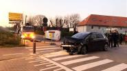 Zware botsing op kruispunt, beide bestuurders blijven ongedeerd