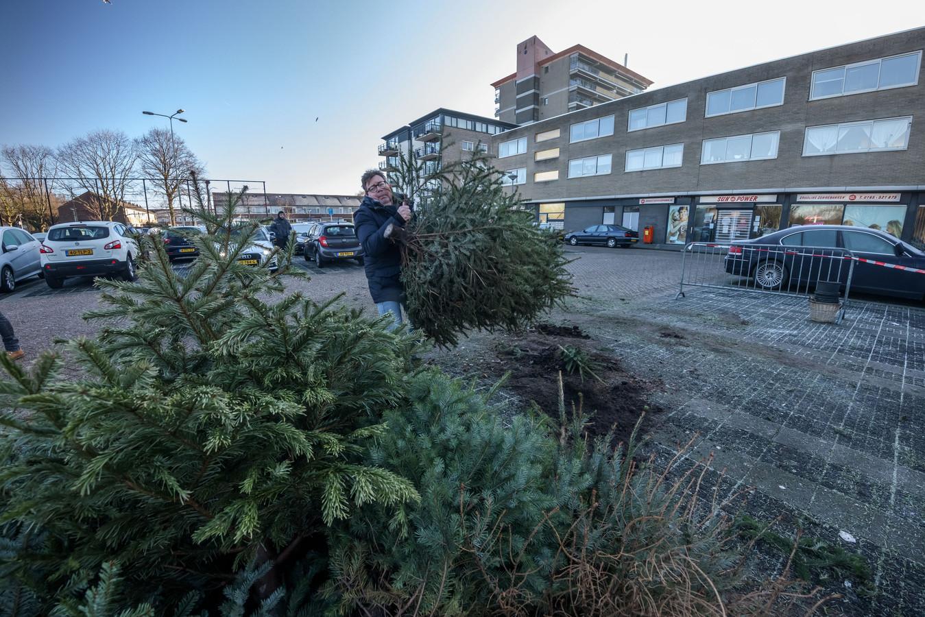 Coronaproof werden op 9 januari de kerstbomen ingezameld, zoals hier bij Lindenburg.