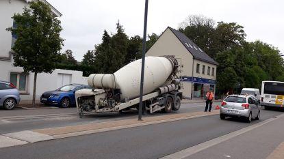 Vrachtwagen verliest betonmixer op drukke steenweg in Melle