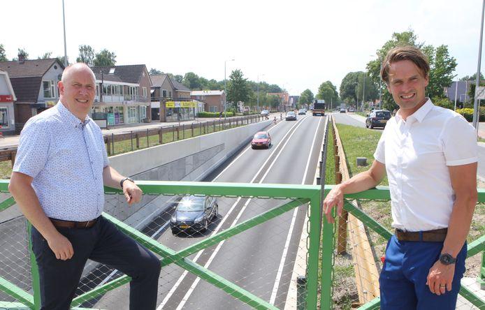Wethouder Alwin te Rietstap (links) en gedeputeerde Bert Boerman bij de nieuwe tunnel in Balkbrug.