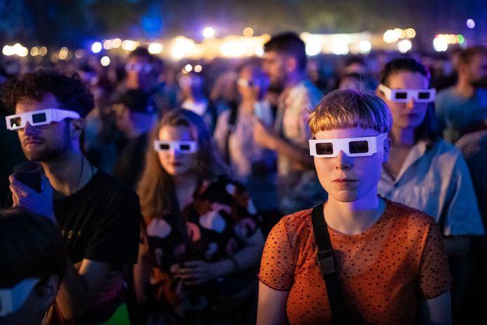 Bezoekers met 3D brillen tijdens het optreden van Kraftwerk in 2019.