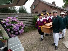 Geliefde pastoor van Braamt in stijl begraven, in een kist gemaakt van oude kerkbanken