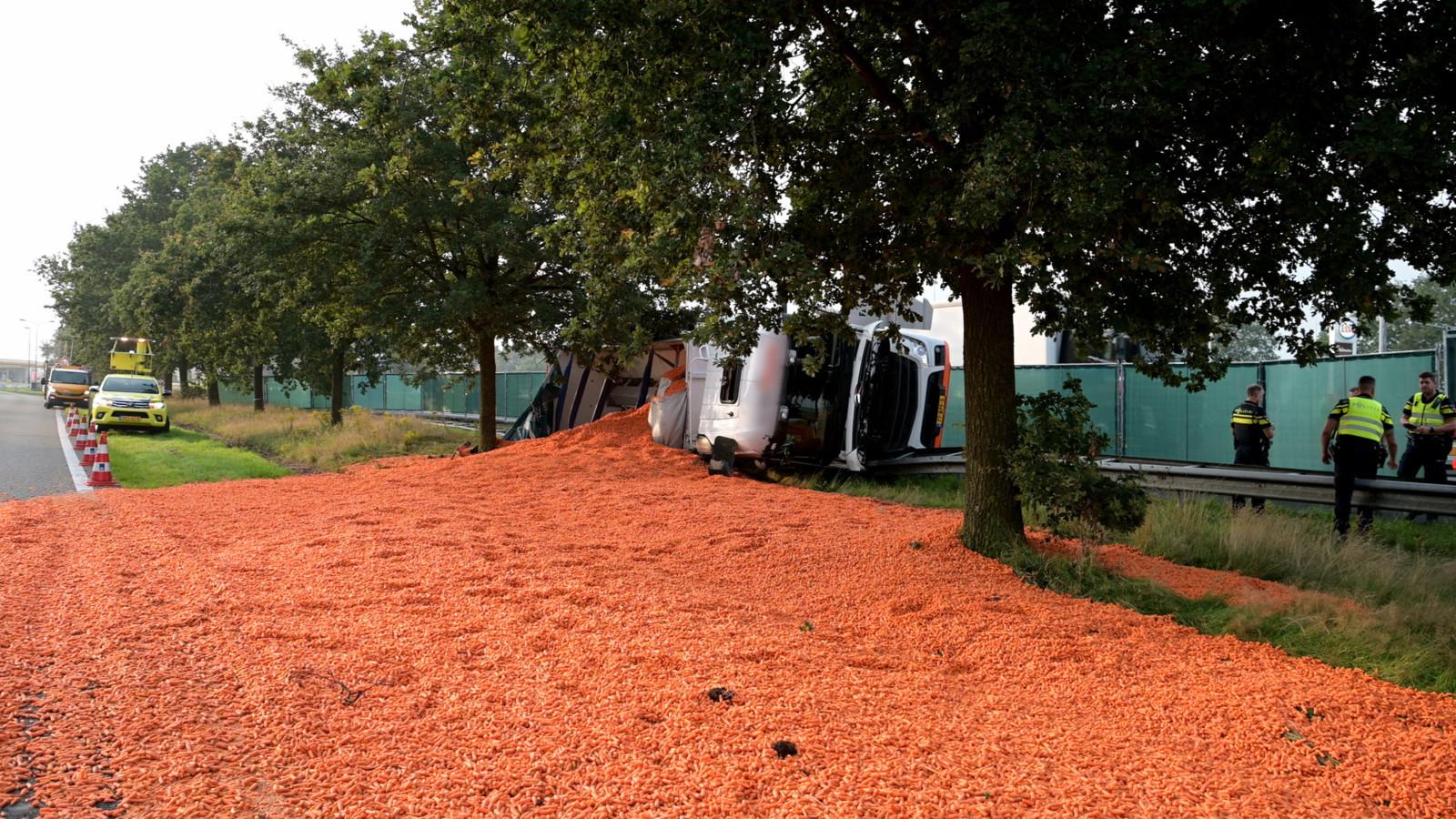 Vrachtwagen met wortels gekanteld op A58 bij Bavel.