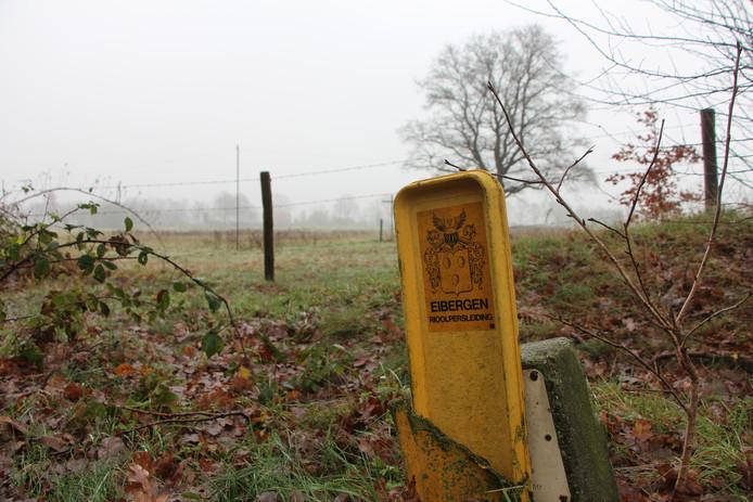 Markering 'drukriolering' van de gemeente Eibergen bij militaire kabels en leidingen langs de Voshaardijk.
