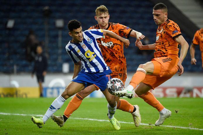 Matthijs de Ligt (m) en Merih Demiral proberen Porto-speler Luis Diaz in toom te houden.