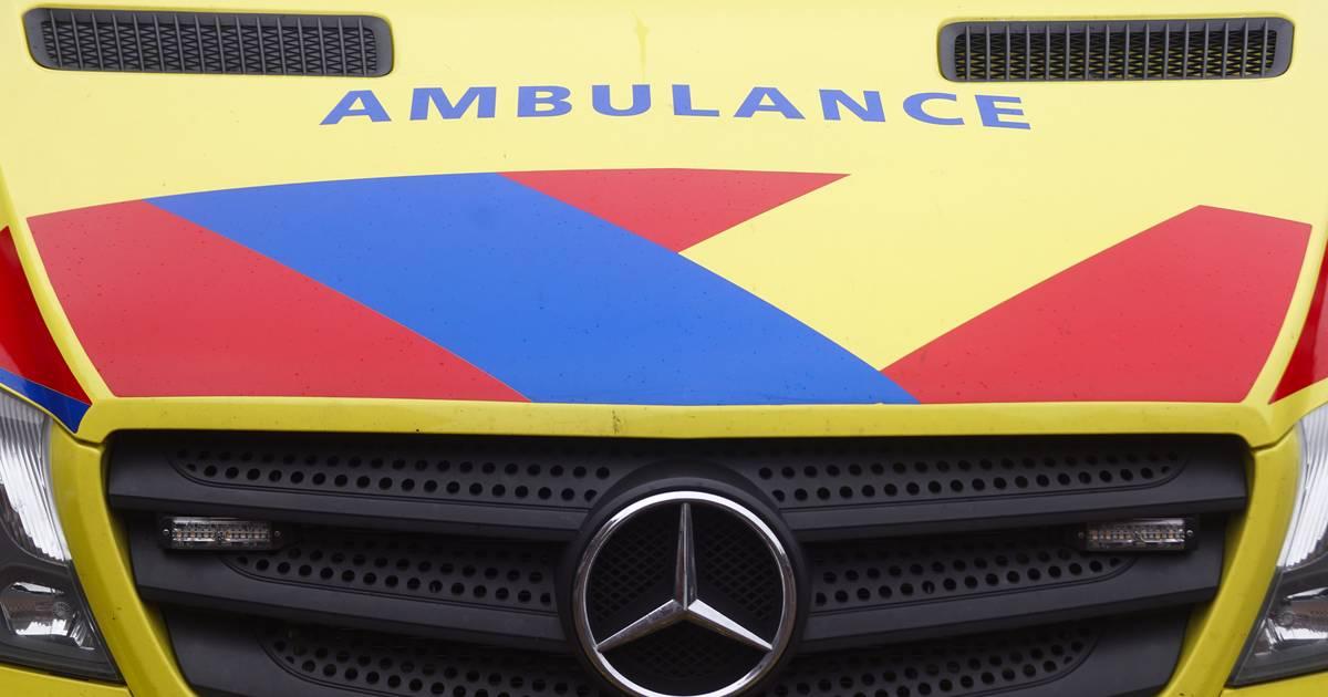 Jonge scooterrijder in Almelo raakt ernstig gewond aan gezicht door botsing met auto.