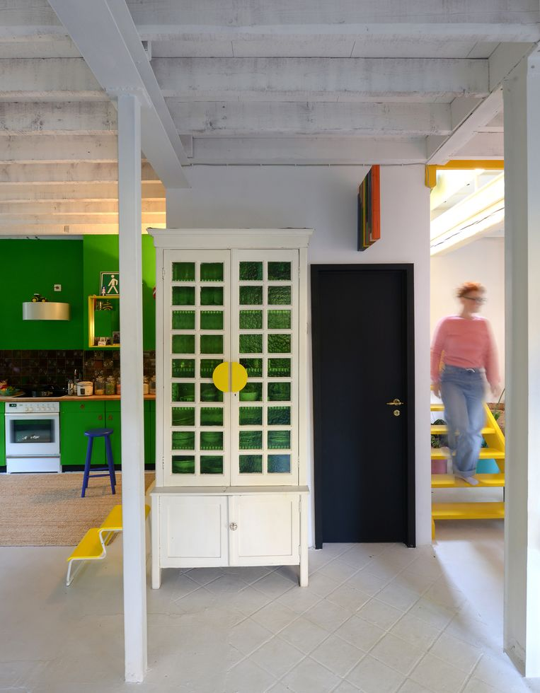 De witte vitrinekast vond Sofi bij Trock, waarop ze die pimpte met gele handvatten van Ikea.  Beeld Jean-Marc Wullschleger/ Living Agency