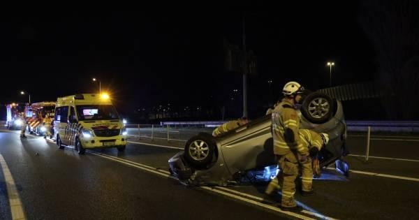 Auto over de kop bij botsing Arnhem: één gewonde en beschonken bestuurder aangehouden.