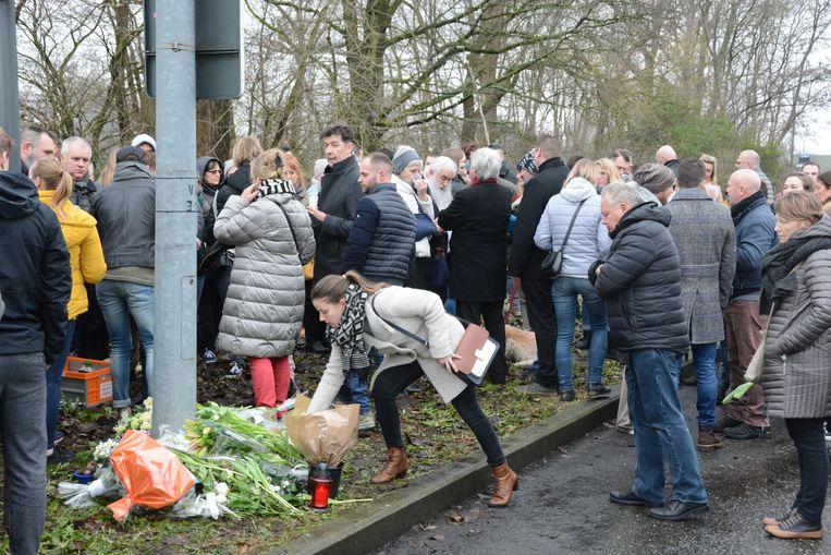 De aanwezigen legden bloemen neer op de plaats van het ongeval.