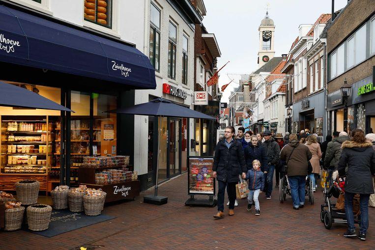 Winkelend publiek op zondag in het centrum van Harderwijk. Beeld ANP