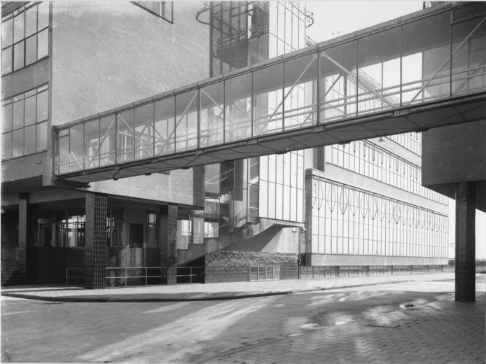 Nogmaals de volop uit glas opgetrokken Van Nelle-complex. Mét een verbindingsbrug tussen kantoor en fabriek.